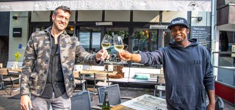 Typhoon opent wijnfair 'Het Land van Oak' om eenjarig bestaan Wijnbar Oak in Zwolle te vieren