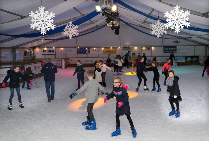 Tientallen mensen kwamen zaterdag hun laatste rondjes draaien op de ijsbaan in Zevenaar.