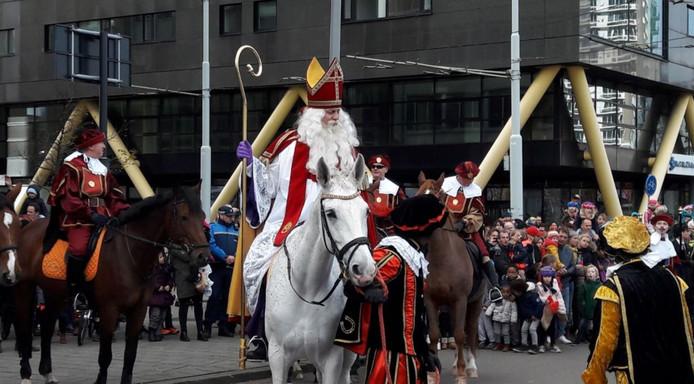 Sinterklaas begint aan zijn tocht door Rotterdam.