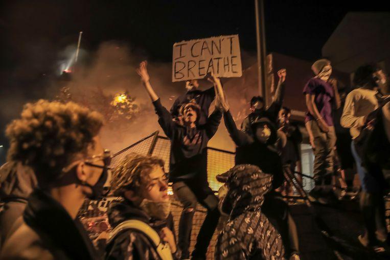 Een politiebureau in Minneapolis werd belaagd door een woedende menigte. Beeld EPA