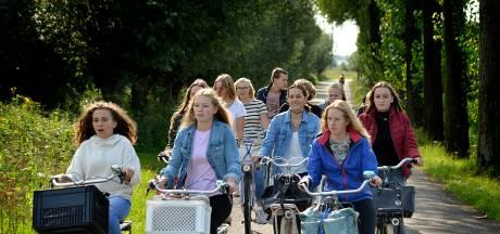 Dordtse en Zwijndrechtse leerlingen stappen hun fiets op voor de Cultuursafari