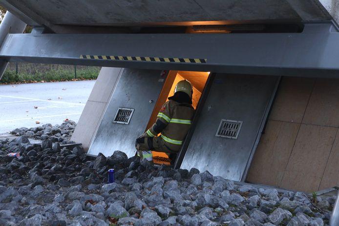 Een brandweer man in de nabijheid van de lift op het station van Boxtel