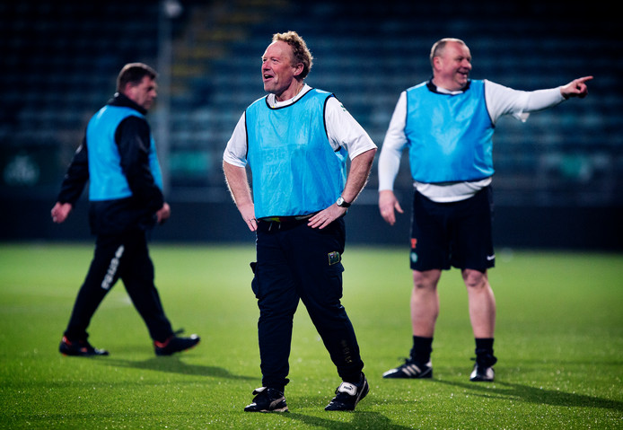 ADO supporter Jan Verwey (midden). Hij viel 55 kilo af door Eurofit, een Europees project om voetbalfans met overgewicht te laten afvallen.