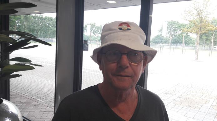 Nico Akkermans met Willem II-hoed in het stadion van RKC Waalwijk.