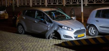 Auto botst op geparkeerde auto in Bergen op Zoom, inzittenden vluchten