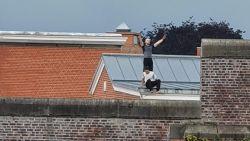 VIDEO. Gedetineerden willen niet terug naar hun cel en kruipen op dak van gevangenis