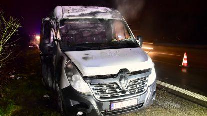 Bestelwagen vat vuur tijdens het rijden: bestuurder kan ontkomen
