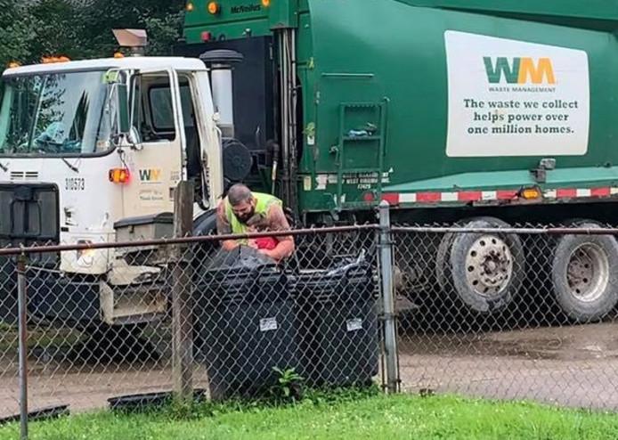 Het 6-jarige jongetje Noah Cooper wacht iedere donderdagochtend op zijn beste vrienden, de vuilnismannen.
