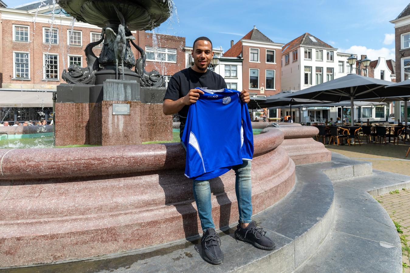 Dwayne Green met het shirt van FC Den Bosch uit zijn jeugdtijd.