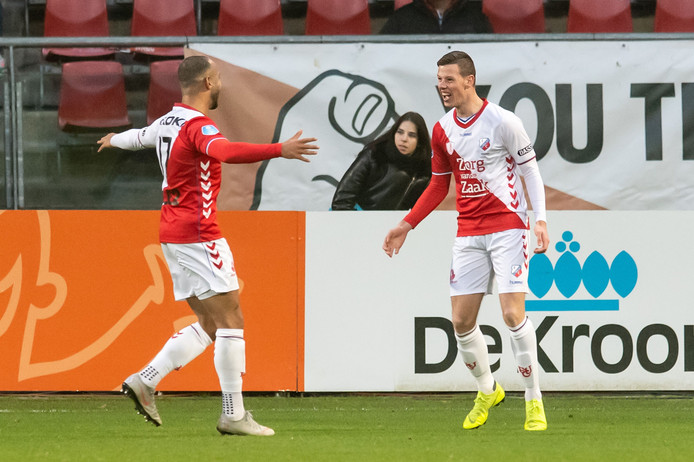 Nick Venema (r) viert een goal tegen De Graafschap met Sean Klaiber.