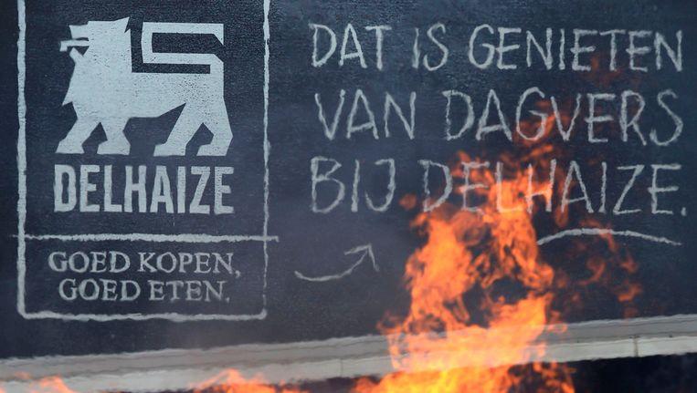 Brandende paletten bij een stakingsactie bijh et distributiecentrum van Delhazie in Zellik.