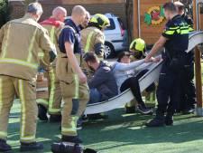 Brandweermannen redden vastzittend kindje uit glijbaan