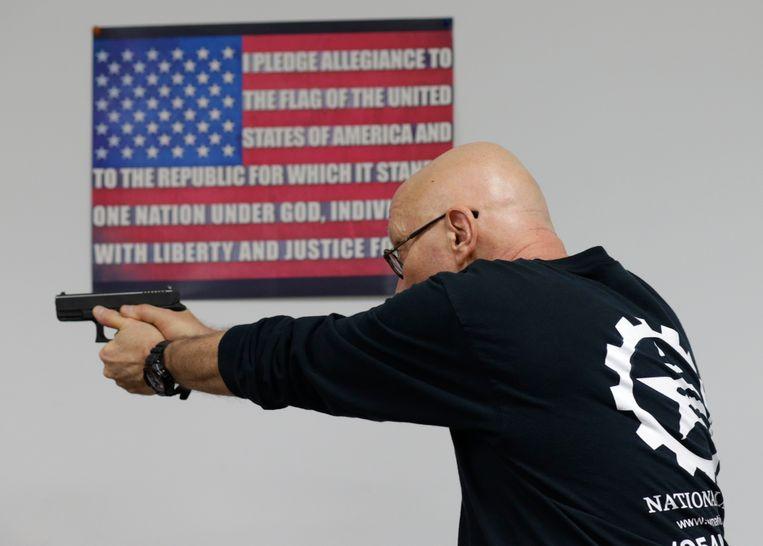 Mike Weinstein van de National Armory Gun Store and Gun Range schiet met een Glock 9mm handwapen (Archiefbeeld).