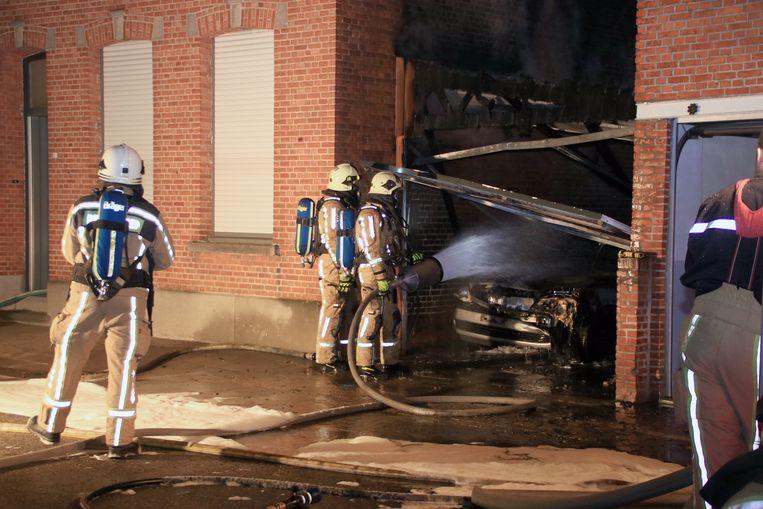 De auto en garage gingen in vlammen op.