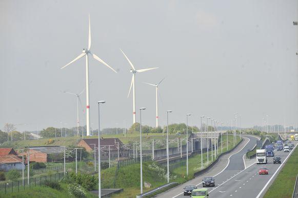 Windmolens naast de E19 in Loenhout