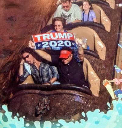 Man uit Disney World verbannen vanwege Trump-bord in achtbaan