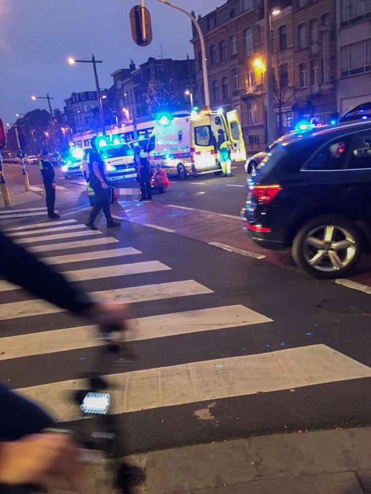 Hulpdiensten gistermorgen op de plaats van het ongeval, het kruispunt van de Sint-Bernardsesteenweg met de Hendriklei.