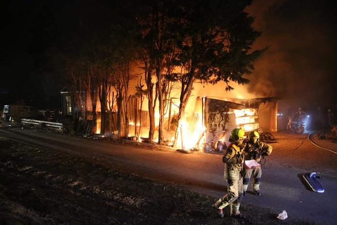 De brandweer is druk bezig met het vuur onder controle krijgen.