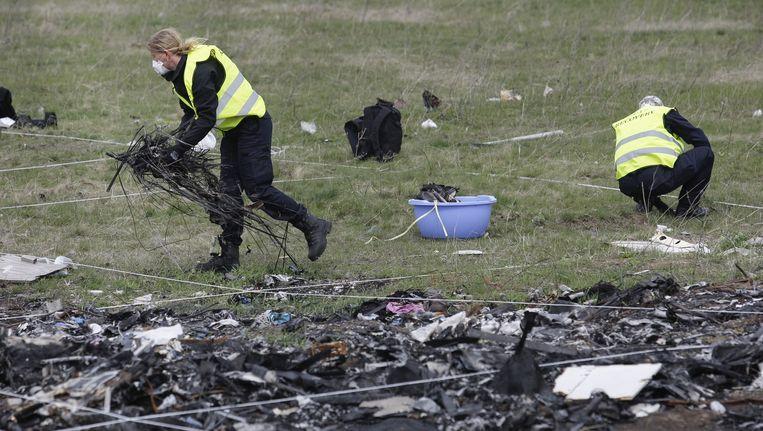 Onderzoekers op de rampplek waar MH17 neerstortte. Beeld anp