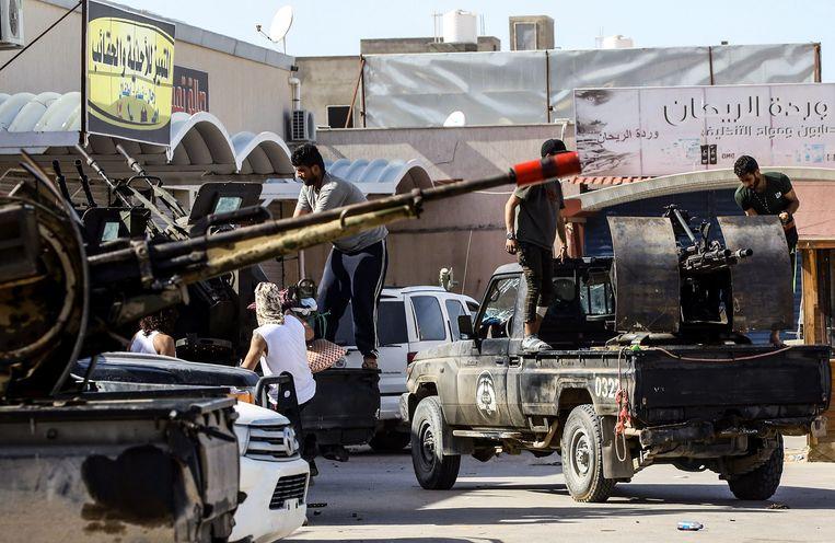 Strijders loyaal aan de Libische regering vertrekken vanuit Tripoli naar het front.