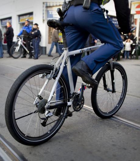 Agent op fiets valt doordat dronkelap achterop springt