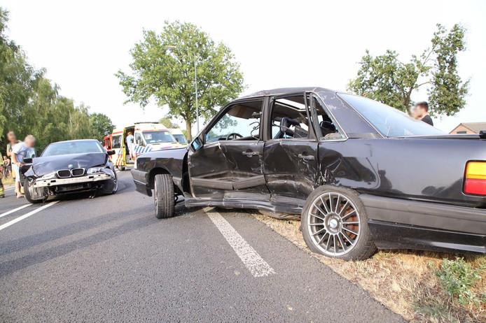 De twee auto's botsten hard op elkaar in Bladel.