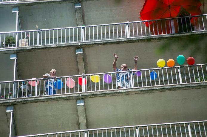 Elly en Vic die op de tiende verdieping wonen, werden getrakteerd op een verrassingsfeestje van de buren én op muziek.