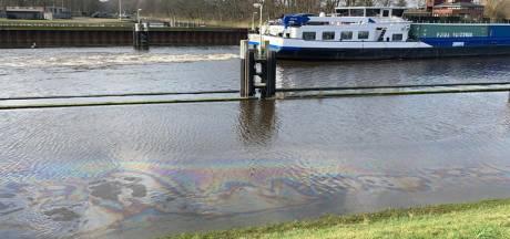 Oliespoor van honderden meters in Wilhelminakanaal