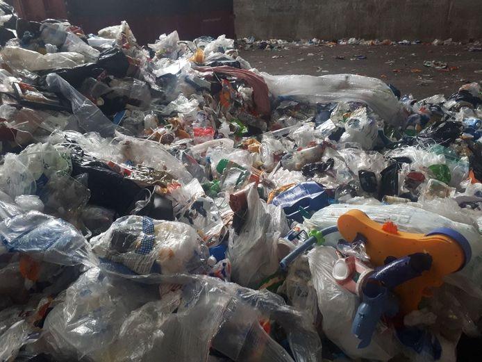 Verpakkingsafval, PMD, wordt sinds juli vaak afkeurd, omdat er huisvuil bij zit dat er niet in thuis hoort. Volgens wethouder Scholten ligt dat niet aan de inwoners van Hof van Twente en andere gemneenten maar aan de wijze van selecteren door de afvalverwerker.