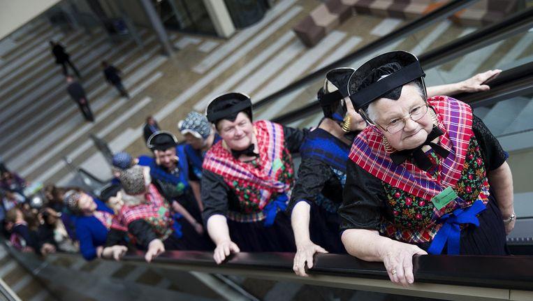 Dames uit Staphorst op bezoek in de Tweede Kamer in Den Haag. Beeld ANP
