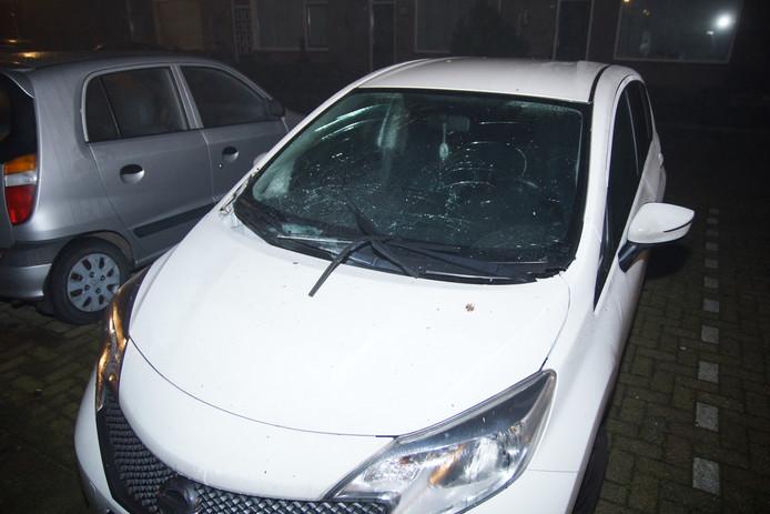 Opnieuw werd een auto zwaar toegetakeld met vuurwerk in Waalwijk.