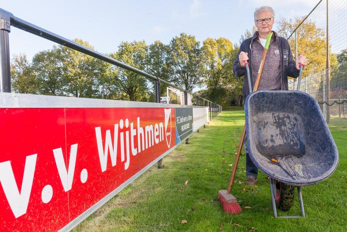 Dick Smeenk is nog steeds zeer geregeld bij VV Wijthmen te vinden. Hij bekleedde tal van functies, maar is daar bescheiden over. ,,Het woord 'held' hoeft voor mij niet zo.''
