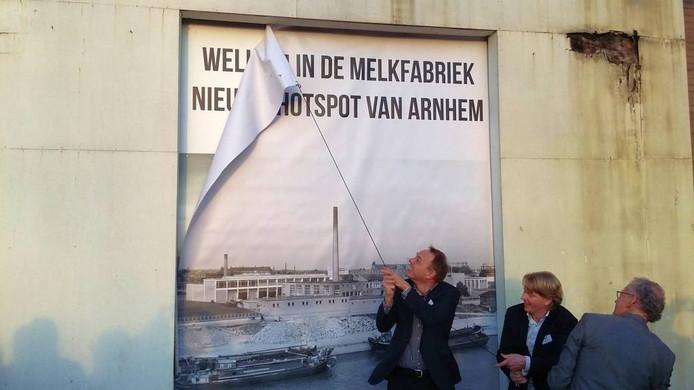 Arnhems wethouder Ron König, Herbert Bosch (BPD) en Gerard Menting (FrieslandCampina) onthullen plan 'De Melkfabriek'. Foto DG