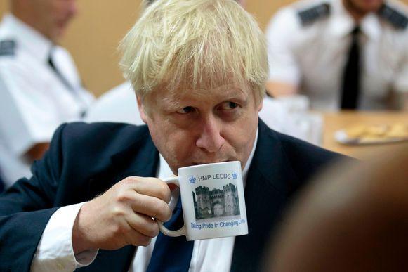 De Britse premier Johnson bij een bezoek aan een gevangenis in Leeds.