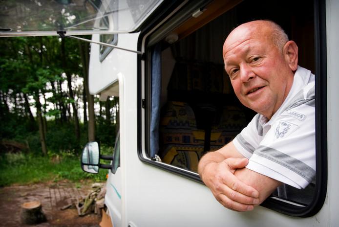 Ad Bos onthulde tussen 1999 en 2001 de schaduwboekhouding van bouwbedrijf Koop Tjuchem. Dat leidde tot een parlementaire enquête naar corruptie in de bouwwereld. Bos bleef zelf echter berooid achter en woonde noodgedwongen jarenlang in een caravan. Na juridisch getouwtrek kreeg hij in 2009 een schadevergoeding van de Staat.