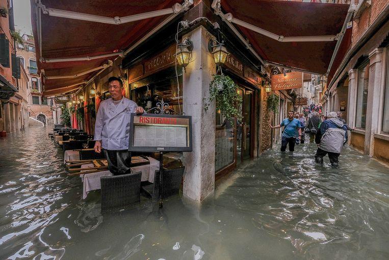 Een restaurant in Venetië helemaal vol met water.  Beeld Getty Images