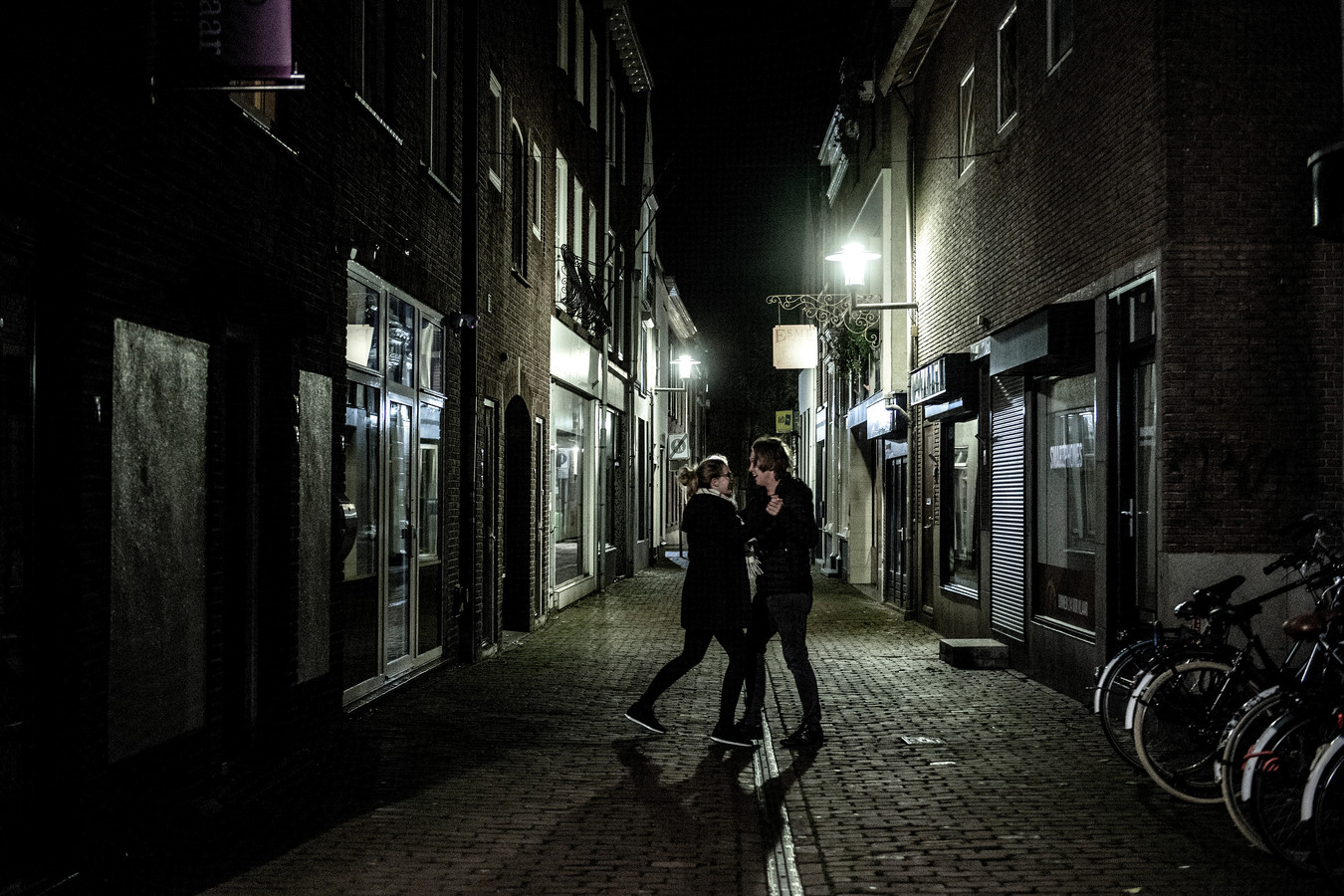 Jacqueline van der Heijden uit Tiel en Niels van Kooten uit Rhenen oefenen nog even in de Kerkstraat de danspasjes die ze zojuist hebben geleerd tijdens de dansles bij dansschool Wildschut in Tiel.