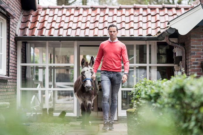 Scheidsrechter Bas Nijhuis met zijn ezel Snoopy.