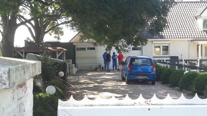 Het NVWA bezoekt de malafide Woerdense teckelfokker.