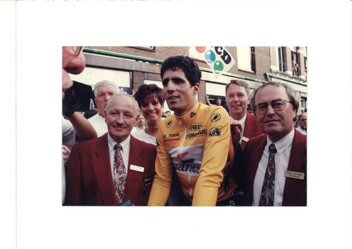 Tourwinnaar Miguel Indurain, geflankeerd door de comitéleden Jack Kuystermans, Henk van Broekhoven en John Hertogh. foto's archief john Hertogh