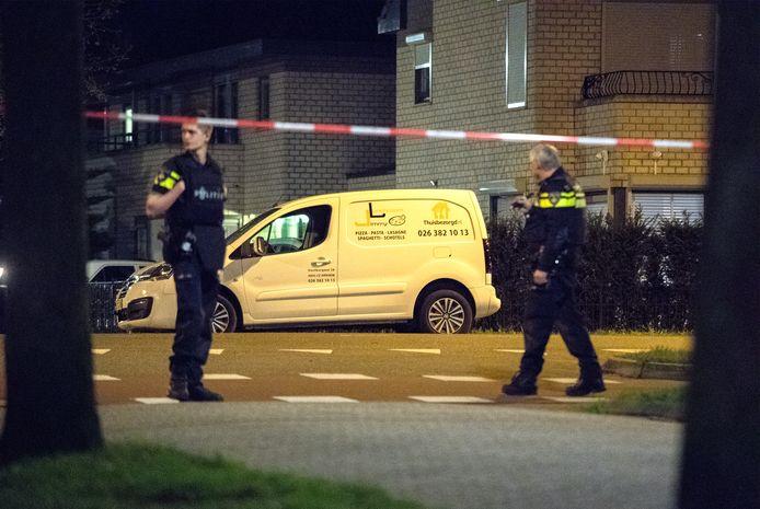 Na een overval op een woning in Arnhem is de overvaller dood gereden.  Het busje waarmee hij werd doodgereden werd meerdere keren beschoten.