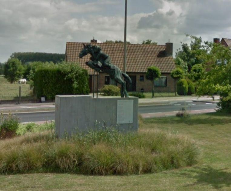 Wie wil meewandelen in het spoor van talrijke dichters wordt verwacht aan het standbeeld Paard en ruiter.