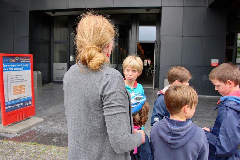 Deze kinderen uit Kessel-Lo zijn teleurgesteld als ze horen dat ze niet binnen mogen.