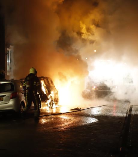 Twee brandende auto's in Grave zorgen voor gesprongen ramen