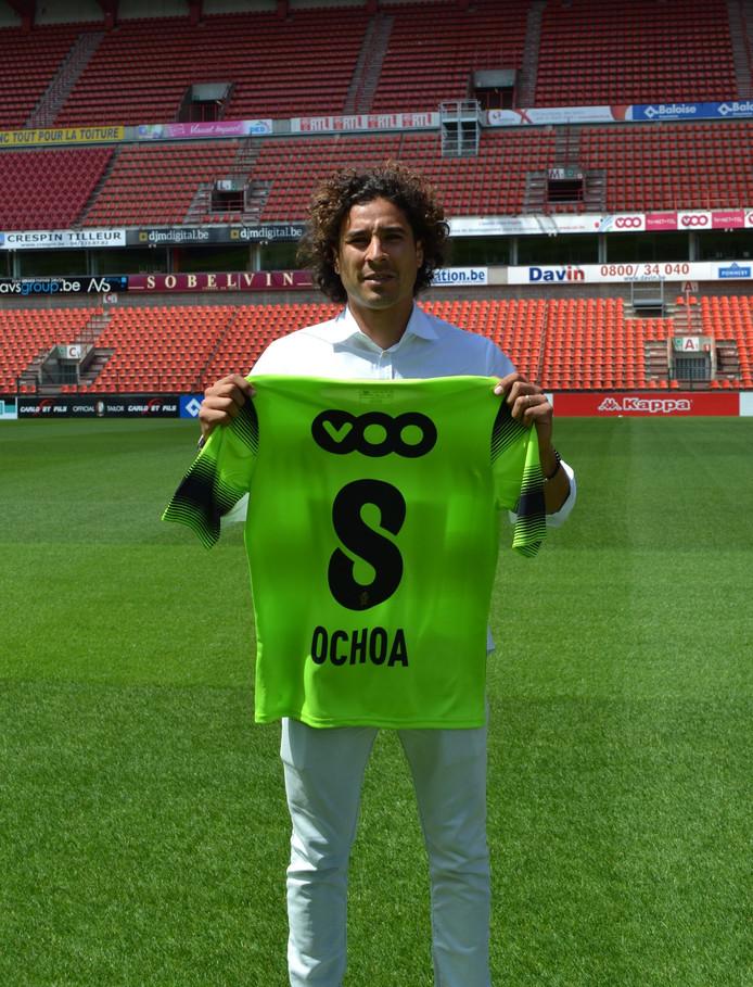 Guillermo Ochoa met zijn nieuwe keepersshirt.