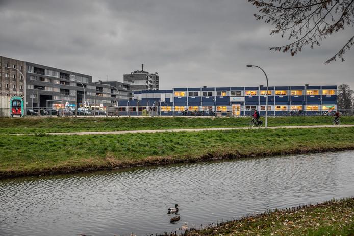 De uitbreiding van winkelcentrum Stadshagen met woningen, winkels, horeca en maatschappelijke voorzieningen, gaat plaatsvinden op en rond de plek waar nu nog basisschool Het Saffier staat.