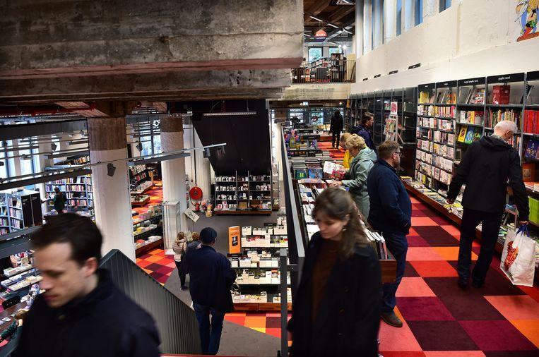 Boekhandel Donner in Rotterdam, gezien vanaf de tussenverdieping. Beeld Marcel van den Bergh / de Volkskrant