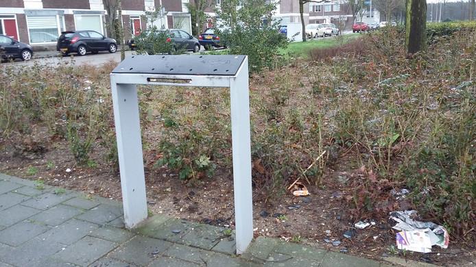 De vorige week opgeblazen brievenbus aan de Cort van de Lindenstraat in Hatert is door Post NL verwijderd.