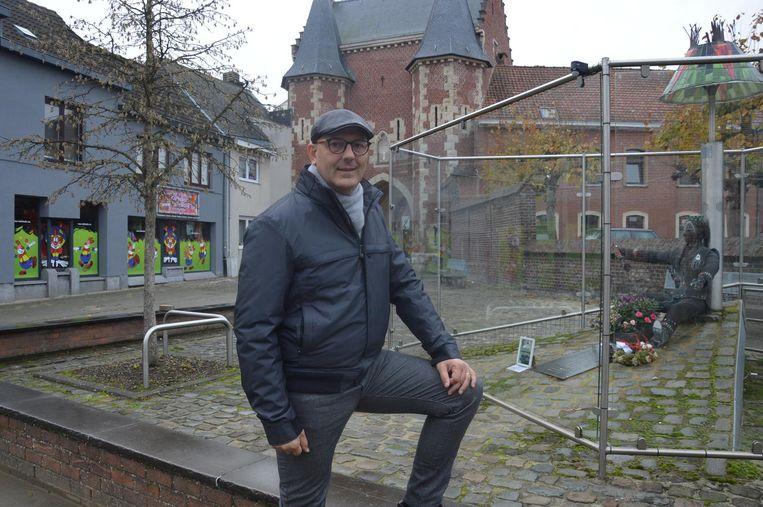Patrick Carael bij Dingsken, het monument voor overleden carnavalisten aan De Koepoort, dat hij mee oprichtte.