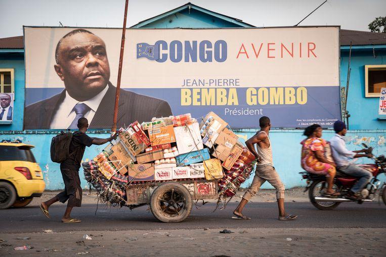 Bij het kantoor van oppositiepartij MLC hangt een grote foto van Jean-Pierre Bemba. Beeld Sven Torfinn
